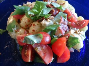 Potatisgnocchi med pesto, parmesan och bacon