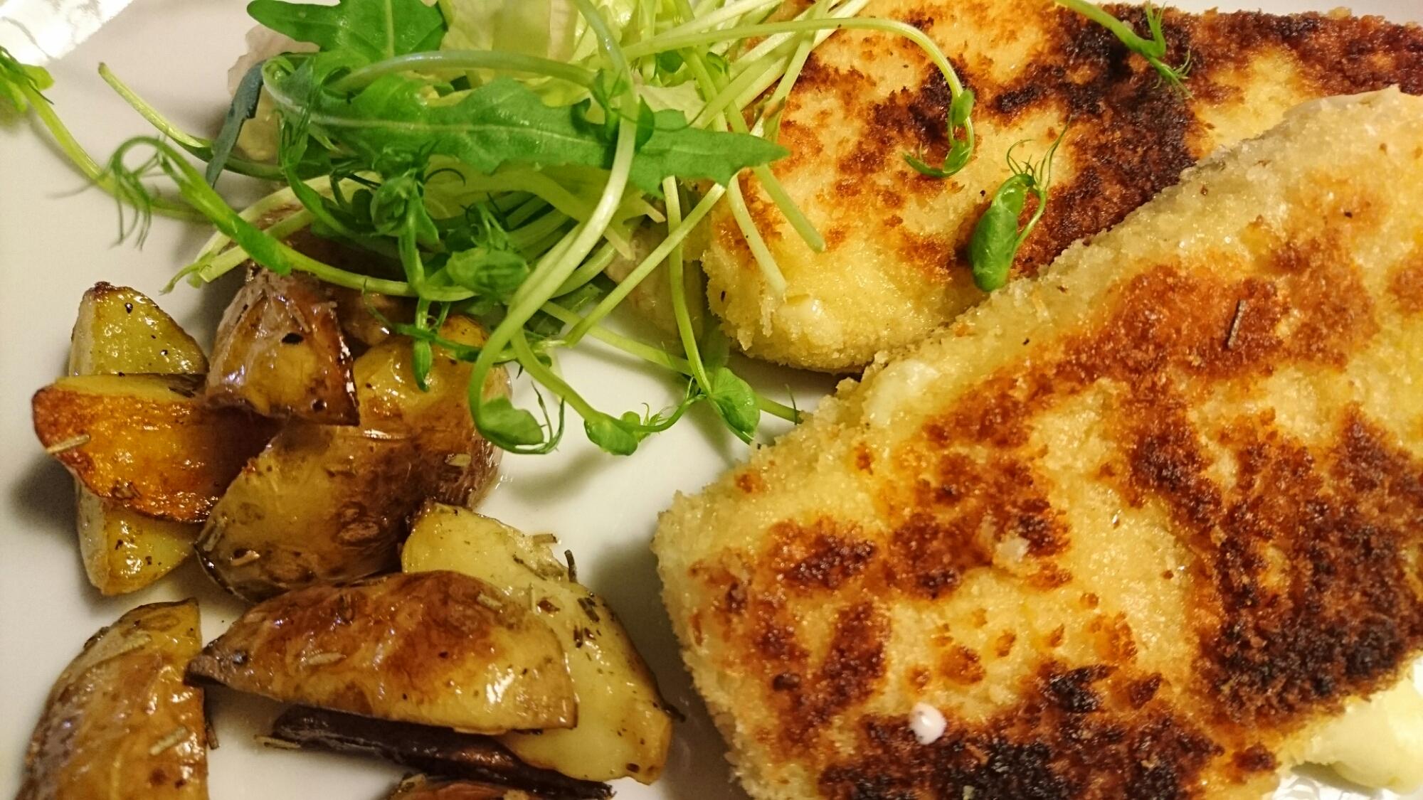 Stekt panerad ost med lingonsås