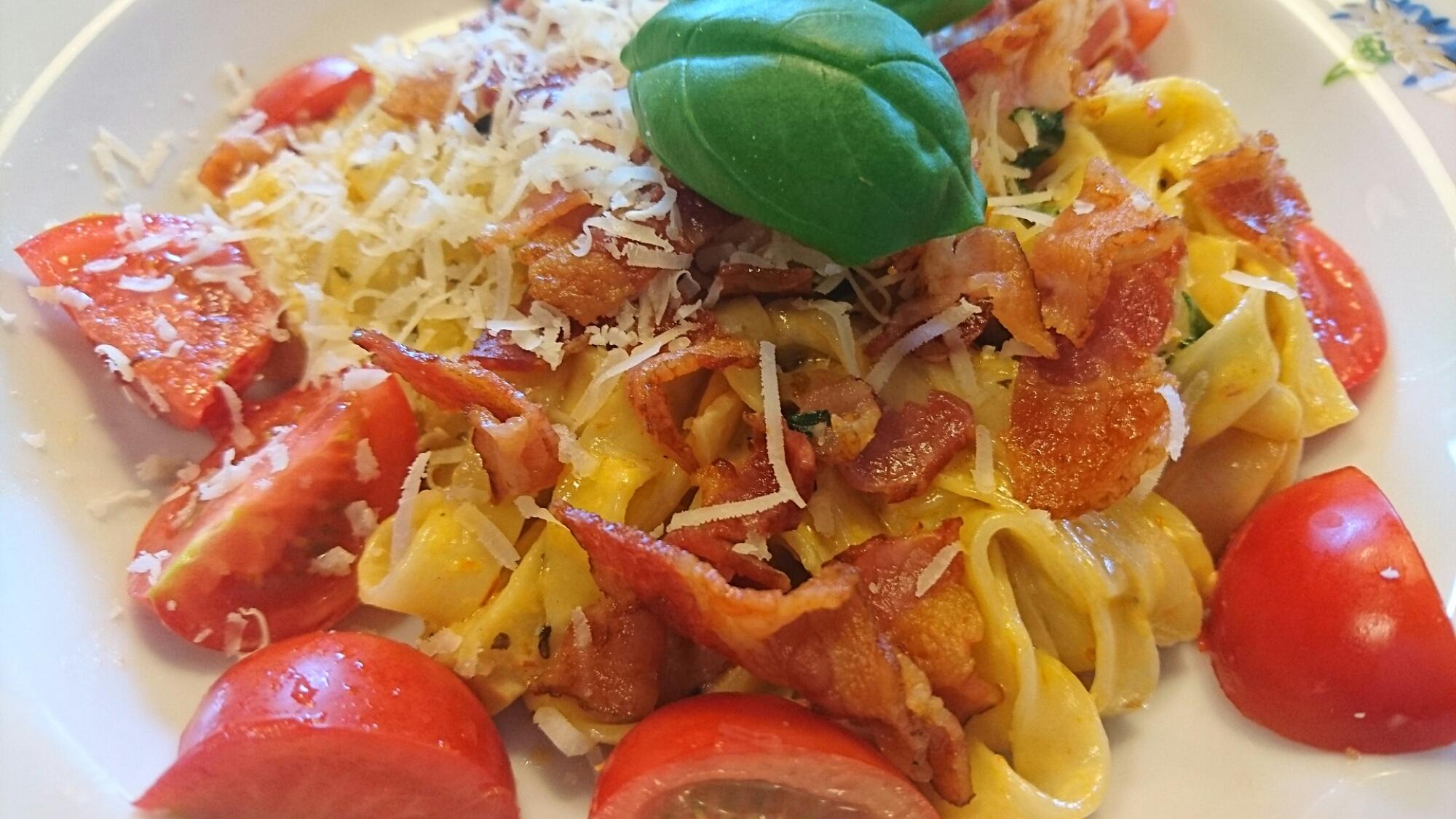 Pasta med soltorkade tomater, basilika och bacon