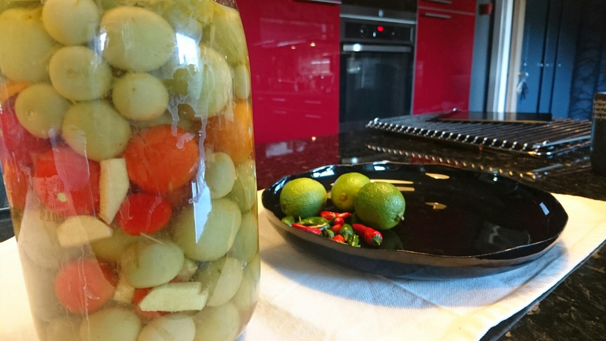 Inlagda gröna tomater…och några röda.