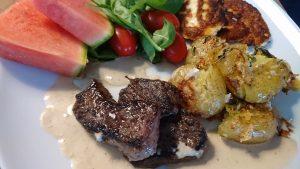 Ryggbiff med grönpepparsås och parmesanpotatis