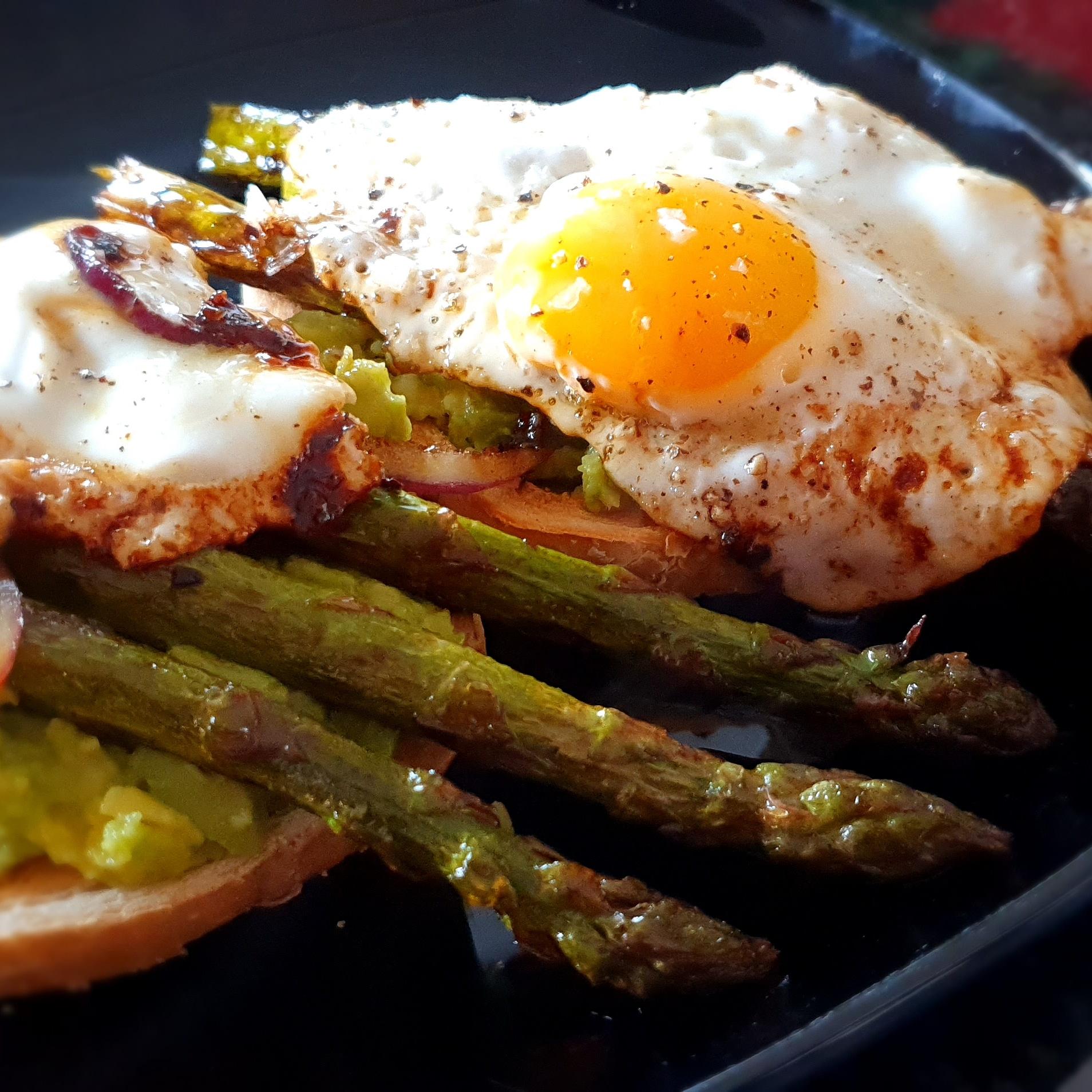 Avokado-, sparris- och äggmacka