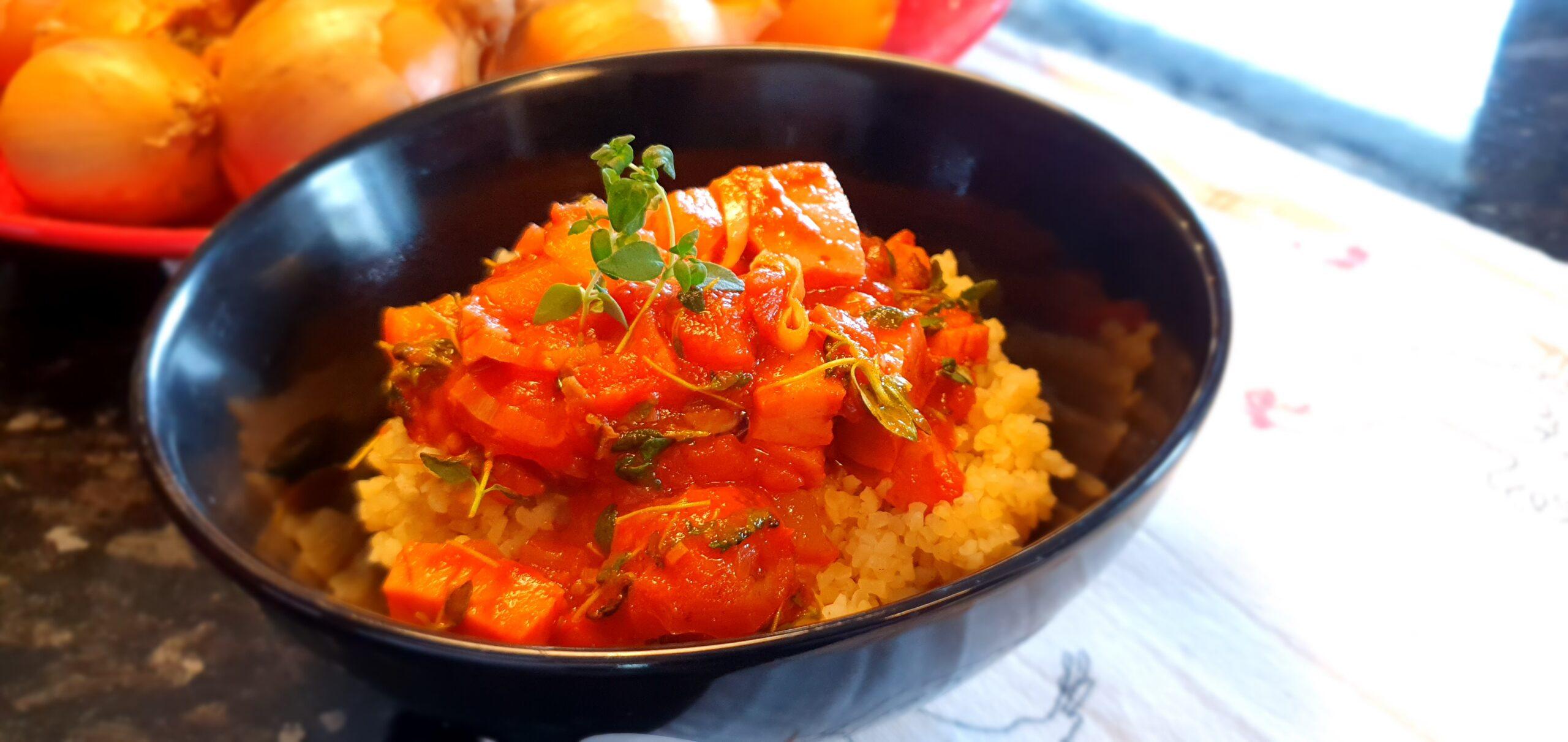 Tomat- och korvgryta med trattkantareller